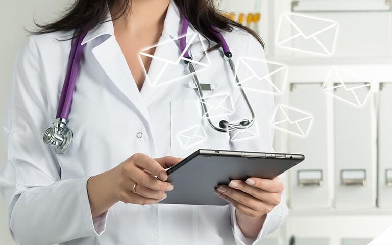 médica checando os e-mails no tablet